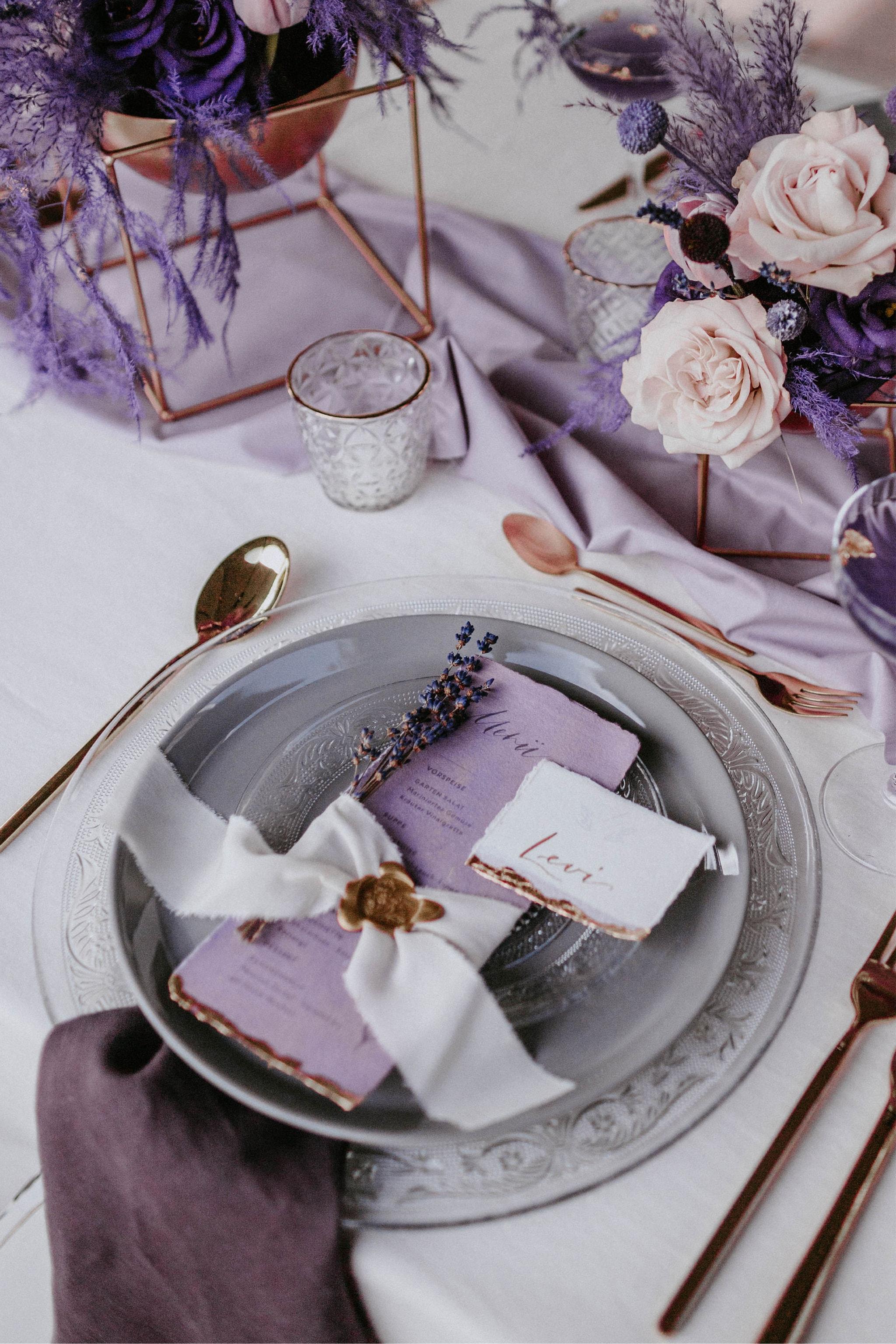 1 Table 3 Concepts Lila Villa Glanzstoff Einladung VG