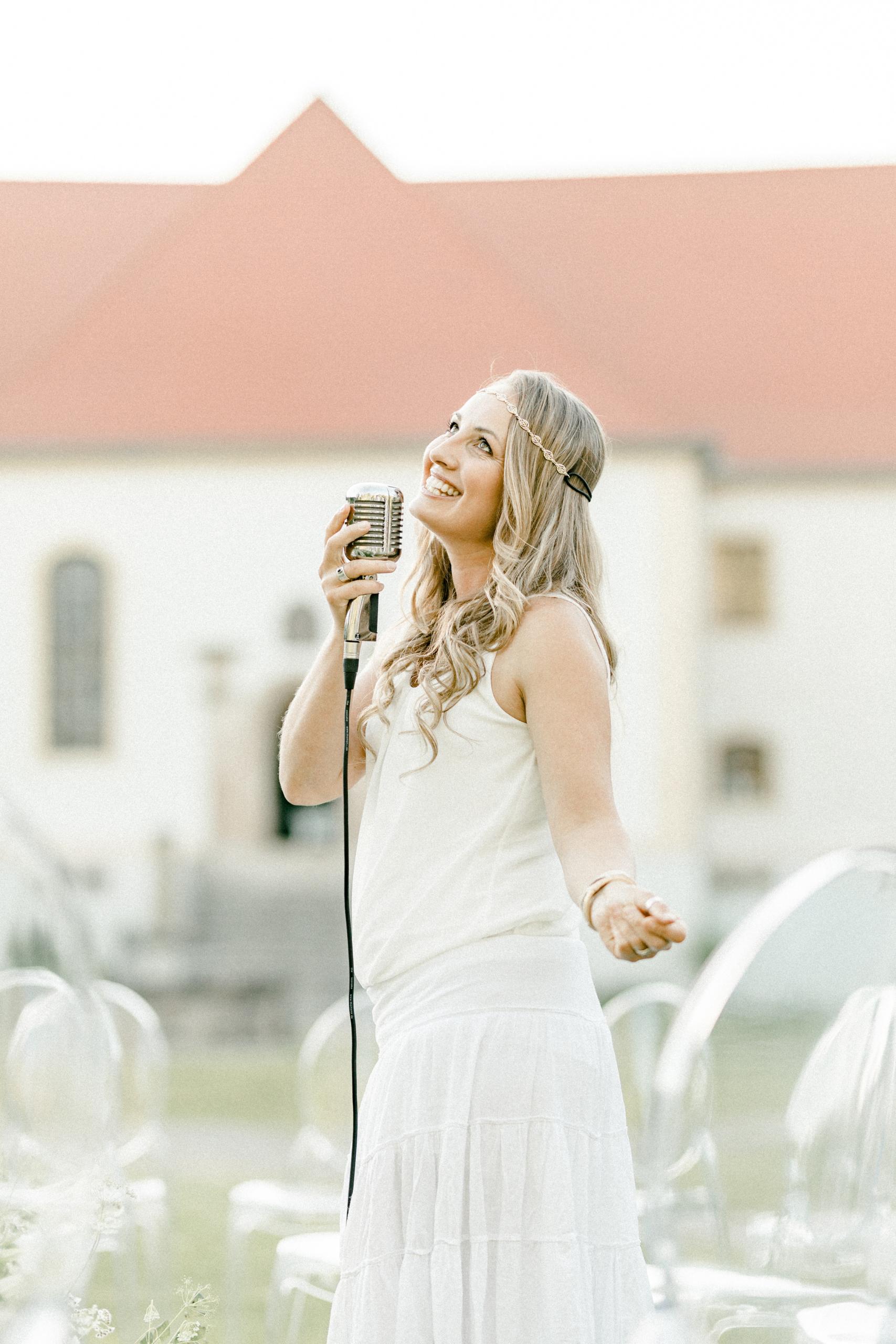 White Wedding Pour l'amour Fine Art Sängerin