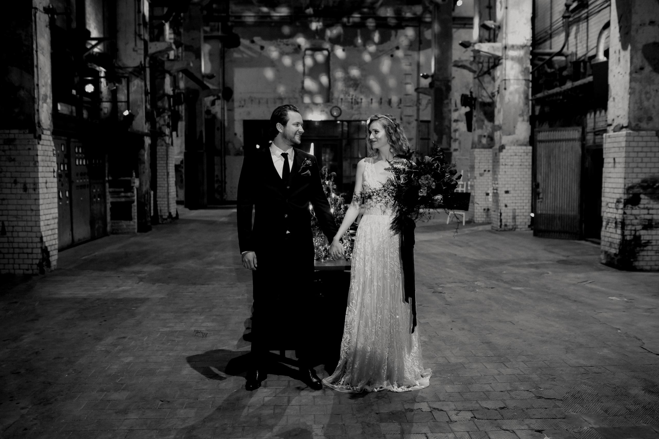 Dark Romance Black & Pink | Rosa & Schwarz Hochzeit industrial Kraftwerk Rottweil Brautpaar EH